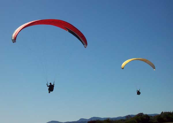 2-paragliders-up